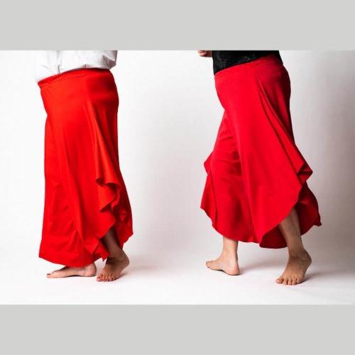 Rebekka housut ompelukaava on esim. viskoosi- tai puuvillatrikoolle. Koot 30-62. Paljon väljyyttä lahkeissa, kaksi eri lahjepituutta: nilkka ja capri -pituus. Vyötäröllä kuminauha. Helppo malli ommeltavaksi.