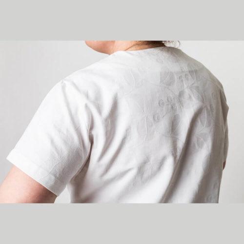 Tyyra tunikan ompelukaavaan voi tehdä vaikka vanhasta pöytäliinasta, verhoista tms. Mallin pusero on tehty vanhasta pöytäliinasta.