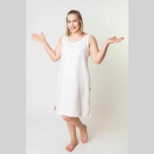 Elina mekkossa on avara V-pääntie ja takakappaleella on myös V-pääntie. Siihen on kaavoitettu halkiot ja rintamuotolaskokset sivusaumoihin sekä keskitakasauma, joka on muotoiltu vyötärön kohdalta. Voi ommella siihen näyttävän ja naisellisen laskostettun päälitaskun. Ompelukaava soveltuu ommeltavaksi joustamattomasta ja joustavasta kankaasta esimerkikisi kesämekoksi.