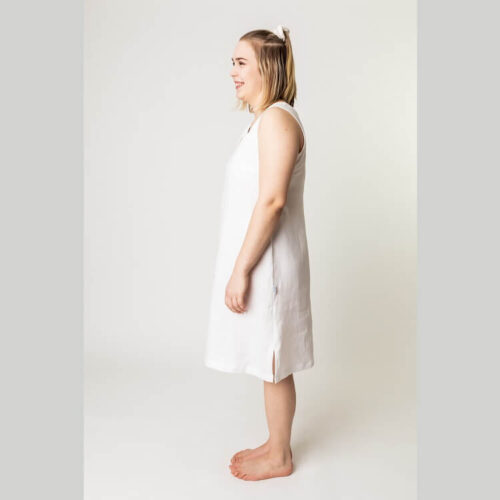 Elina mekkon ompelukaavassa on rintamuotolaskokset sivusaumoissa