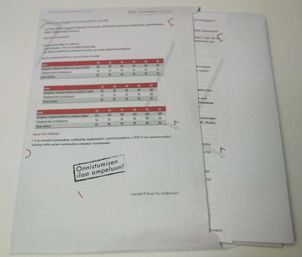 Paperiset ompelukaavat säilytetään kirjekuoressa, jossa on ohjeet ja kankaanmenekki