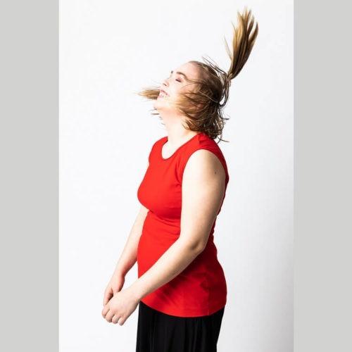 Tuulikki puseron ompelukaavassa on lähes täyskellohiha, kädentiellä ei ole rypytystä. Rintamuotolaskokset on sivusaumassa. Vähän väljyyttä