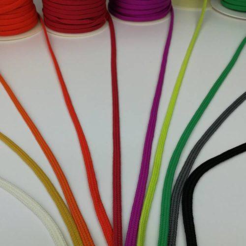 Edullinen kotimainen nyöri tai letkupunos monta väriä
