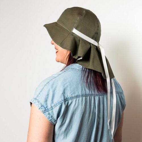 Lehtolaukka kesähatun ompelukaavassa on takana laskoslieri ja sen voi tehdä vaikka maastokuvioisena miehelle. Lehtolaukka aurinkohatun ompelukaavassa lieri suojaa korvat auringolta. Somistettu koristenauhalla
