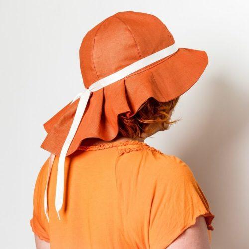 Lehtolaukka kesähatun ompelukaavassa on takana laskoslieri, joka suojaa niskaa auringolta. Naisten hattuun voi laittaa koristenauhan