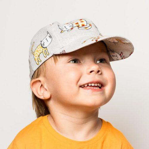 Lippis ompelukaava lastenhattu taivutettu lippa, jossa on lippakovike