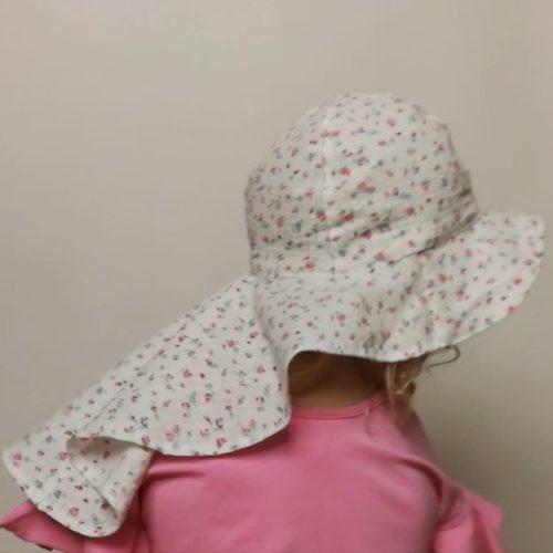 Perhoakijeija hattuun on kaavoitettu pitkä huivi takaosan lieriin suojaamaan niskaa auringolta.