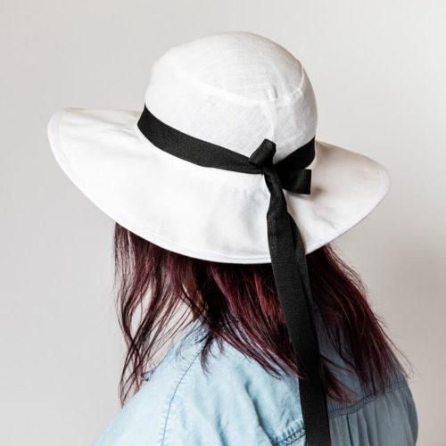 Sahramililja hatun ompelukaava on hatun koristelu. Tässä hatussa on koristenauha.