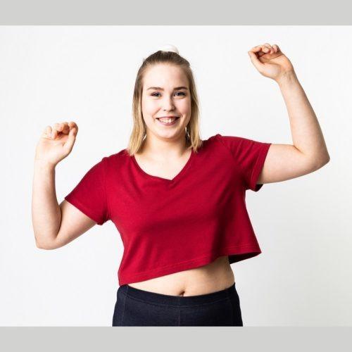Naisten lyhyt hihaisen napapaidassa mahtuu liikkumaan. ompelukaava
