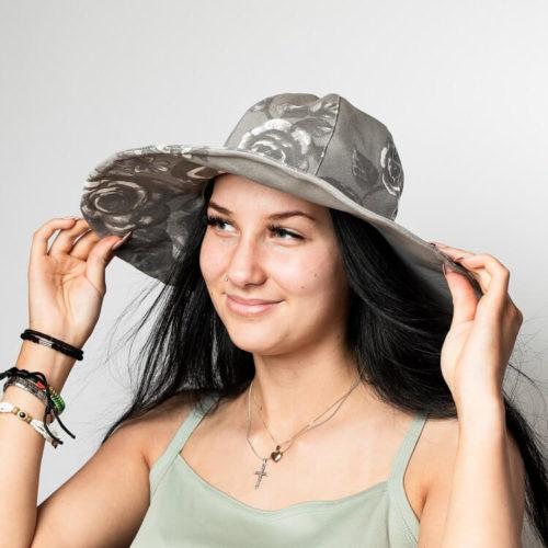 Isohelokki hattukaavassa on leveä lieri, Kesähattu sopii naisille hellehatuksi. Hellehatun kaava ja ompeluohje