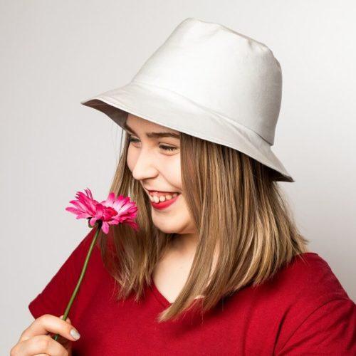 Lehtosinilatva hatun ompelukaavassa on korkea kaitale. Sopii myös aikuisille.