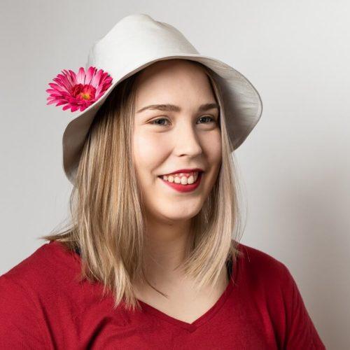 Lehtosinilatva hatun ompelukaava ohjeissa on myös hatun koristeluohjeita. naisten bucket hattu