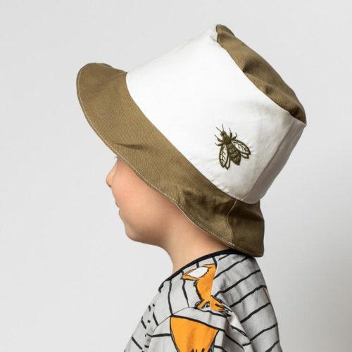 Lehtosinilatva hatun ompelukaava ohjeissa on hatun somistaminen. Tässä hatussa on kärpäskirjonta