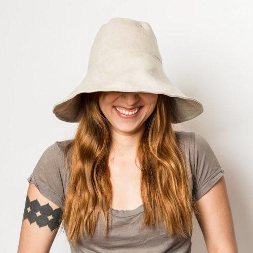 Nepalinhanhikki hatun ompelukaavan lierin voi vetää alas, jolloin httu on aivan erilainen