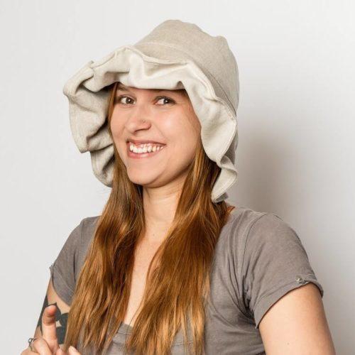 Nepalinhanhikki hatun ompelukaavassa lierissä on karkaasi. Lieriä, jossa on alumiinikarkaasia voi muotoilla kasin. Kaavan mukana tulee ompeluohje.