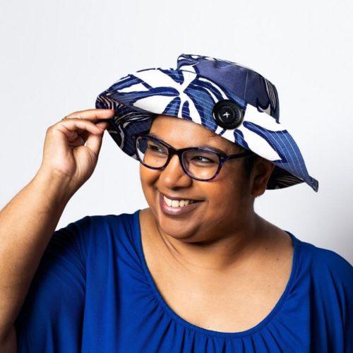 Sahramililja hatun ompelukaavan lierissä on tikkaukset