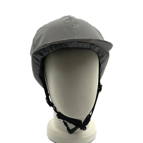 Heijastinlippis kypärässa suojaa viimalta kypärän sisään
