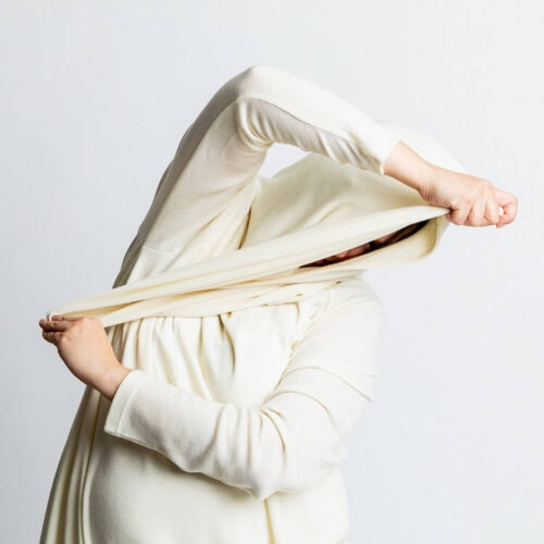 Hulda tunikassa on suuri kaulus, jota voi käyttää myös huppuna.