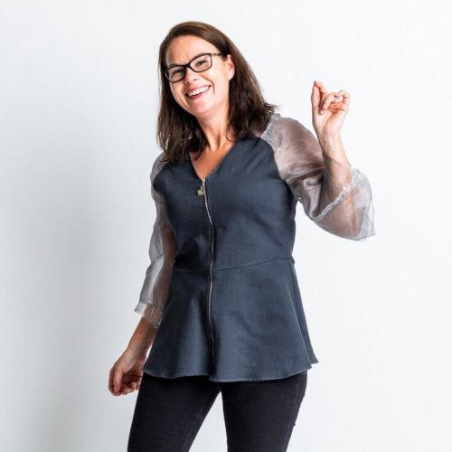 Julia pusero ompelukaavassa on Raglanhihat, jossa on olkamuotolaskos. Trumpetti hihat. Vetoketju etedessä ja helmassa on kellotusta. Juhla tai bile paidan kaava