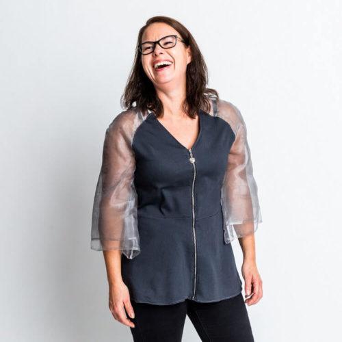 Julia puserossa on Raglanhihat, jossa on olkamuotolaskos. Trumpetti hihat. Vetoketju etedessä. Helmassa on kellotusta. Kaava on tehty joustamattomalle kankaalle.