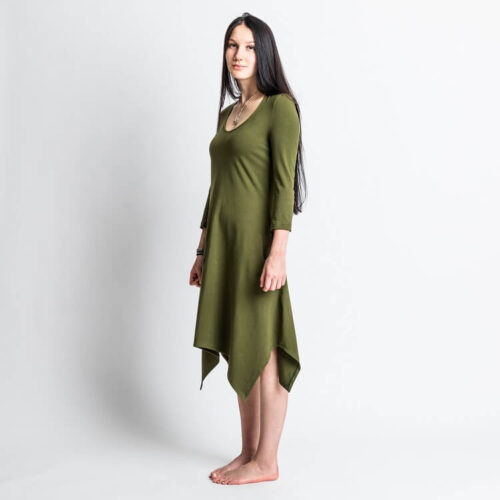 Rauha mekko ompelukaava asymmetrinen helma. Hihan kaavassa on 3/4 osainen hiha
