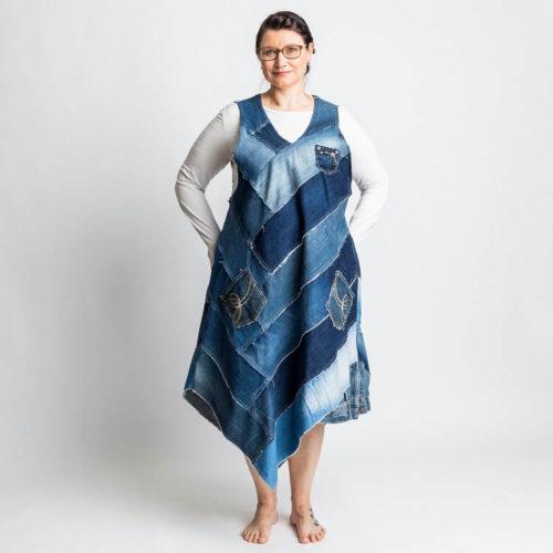 Fanny mekon ompelukaavassa on farkkupaloista tehty mekko sekä kokonaisesta kankaasta tehty mekko