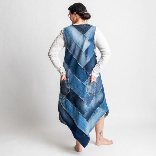 Fanny mekon ompelukaavassa on farkkupaloista tehty mekko sekä kokonaisesta kankaasta tehty mekko.