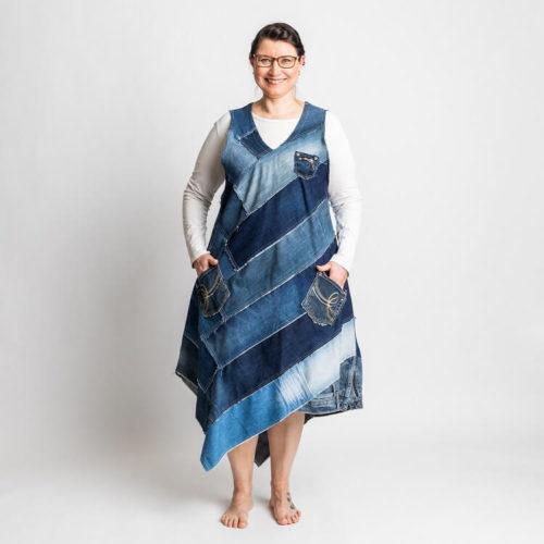 Fanny mekkon ompelukaavassa on farkkupaloista tehty mekko sekä kokonaisesta kankaasta tehty mekko. kellotusta helmassa. Kokonaisesta kankaasta tehtyyn mekkoon kaksi eri pituista helmaa Siinä on V-pääntie ja taskut sivusaumoissa