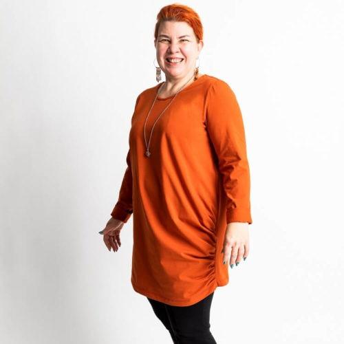 Saga puseron ompelukaavassa on sivusaumassa 11 kpl laskoksia ja sekä pitkät että 3/4 hihat ja O-pääntie.