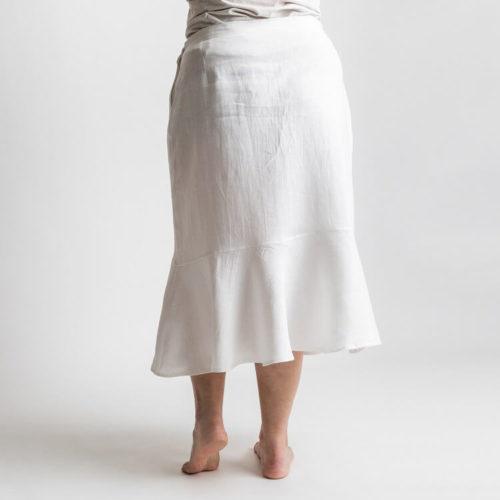 Irene hameessa on muotolaskokset sekä etu- ja takakappaleen vyötäröllä