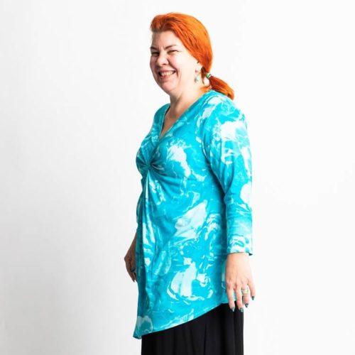 Leena puseron ompelukaavassa on solmu rintojen kohdalla ja kolmet eri pituiset hihat: T-paita, 3/4 osaa sekä pitkät hihat.