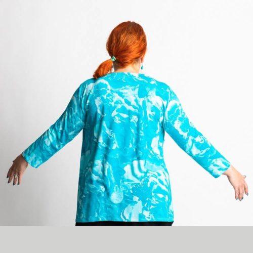 Leena puseron kaavassa on solmu rintojen kohdalla ja kolmet eri pituiset hihat: T-paita, 3/4 osaa sekä pitkät hihat.