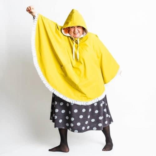 Wellamo poncho keltaisena sadetakkina. Hupun vuori on college kankaasta. Saumat teipattiin saumateipillä.