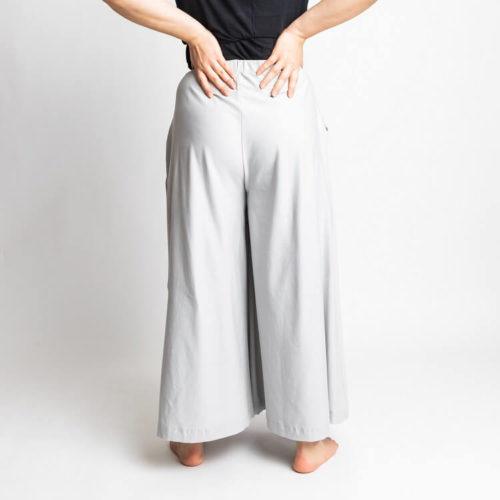 Taina housuhameen kaavassa on sivutaskut ja vyötäröllä kuminauha. Taina culottes pattern has loose legs with ankle, capri and shorts length. It has side pockets and an elastic band on waist.