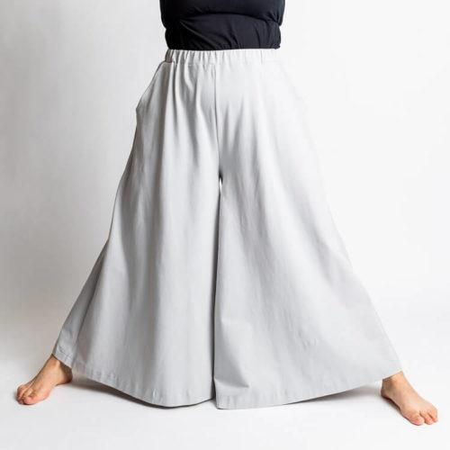 Taina housuhameen kaavassa on paljon väljyyttä lahkeissa.