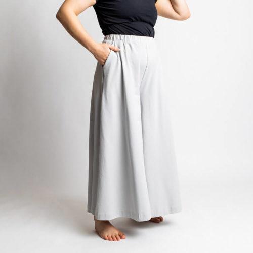 Taina housuhameen kaavassa on paljon väljyyttä lahkeissa, jotka on nilkka-, capri- ja shortsipituuteen. Siinä on sivutaskut ja vyötäröllä kuminauha. Taina culottes pattern has loose legs with ankle, capri and shorts length. It has side pockets and an elastic band on waist.