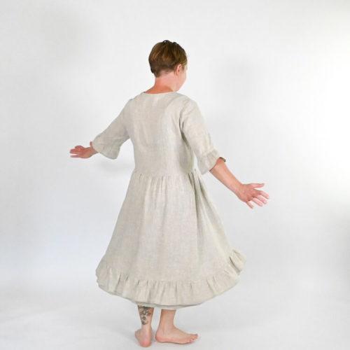 Lilli mekon ompelukaavassa on 2 erilaista helmaa: yksiosainen ja kaksiosainen. Lisäksi yksiosaiseen helmaan röyhelö.